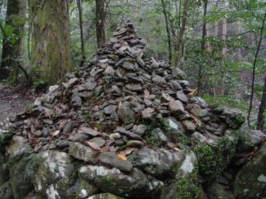 川のそばにあったピラミッド状に積み上げられた石。